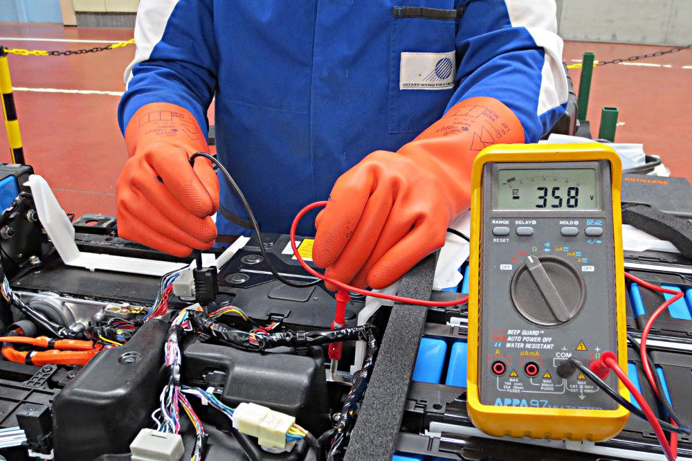 risque-electrique-mesure-tension-batterie-web1